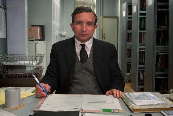 John May v podaní britského herca Eddieho Marsana, má nezvyčajné povolanie. Organizuje pohreby ľuďom bez príbuzných.