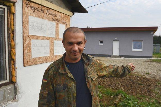Eduard Moskáľ ukazuje na byt, ktorý pomáhal stavať.
