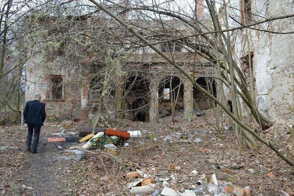 Veľké čistenie kaštieľa odštartovala nedávna návšteva primátora Jána Noska v zdevastovanom areáli.