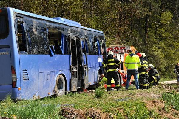 Po nehode autobusu skončilo v nemocnici šesť žien a traja muži.