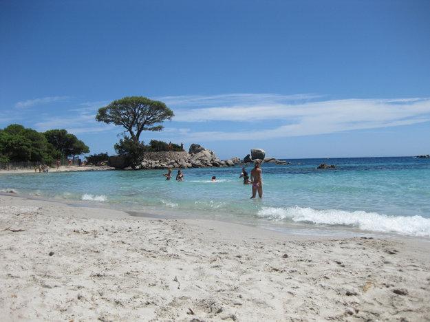 Najlepšie pláže Korziky lákajú jemným bielym pieskom a čistou tyrkysovou vodou.