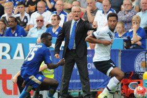 Claudio Ranieri môže so svojimi zverencami dosiahnuť vytúžený zisk titulu. Posledným súperom v boji o korunu Premier League zostávajú hráči Tottenhamu (v bielom).
