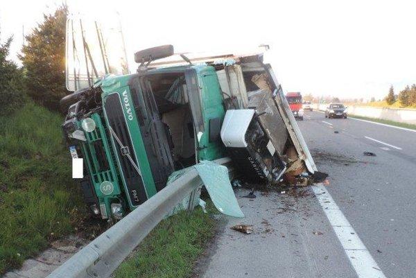 Zničený kamión.