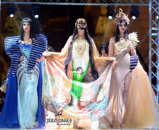 Martina (v strede)predvádza kolekciu módnej návrhárky Mony Al Mansouri.