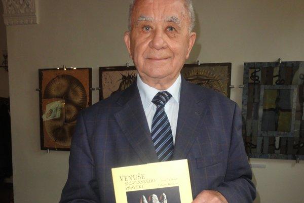 Jozef Vladár s knihou Venuše slovenského praveku.