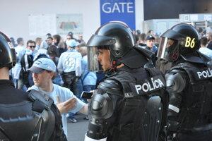 Policajné zložky počas zásahu proti futbalovým fanúšikom v centre Trnavy pred finálovým zápasom Slovnaft Cupu 2015/2016 medzi ŠK Slovan Bratislava - AS Trenčín.
