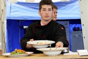 Študent odboru kuchár-čašník pri výdaji jedál v jednej z reštaurácií .