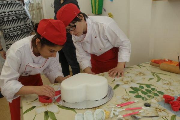 Barbora Cicková (vľavo) a Viktória Šemetková pripravili najlepšiu tortu.
