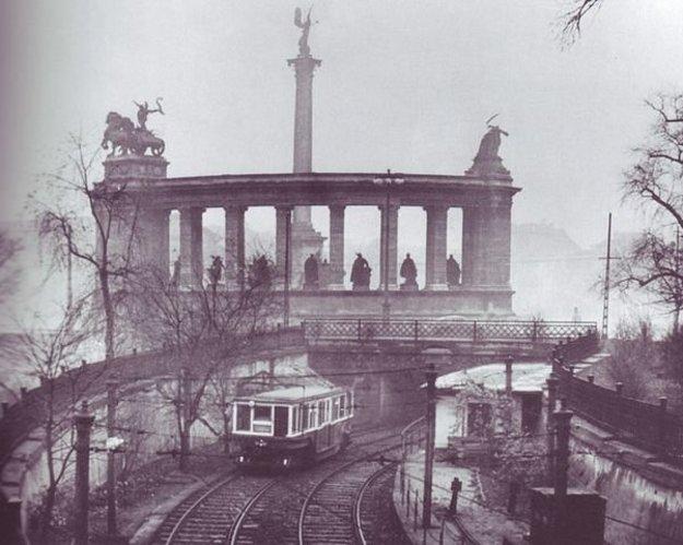 Historický pohľad z Mestského parku na Námestie hrdinov. V popredí linka metra M1 ešte pred preložením do podzemia. Dnes je v týchto miestach vodná nádrž.