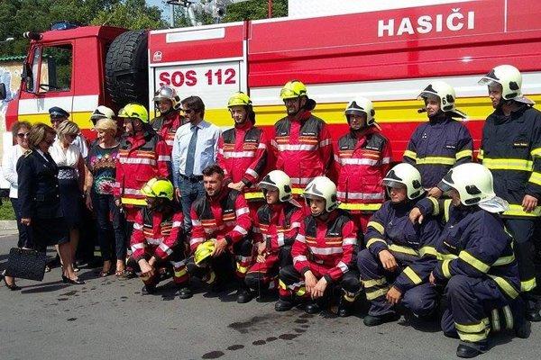 Dobrovoľný hasičský zbor v Žarnovici. Na foto s ministrom vnútra aj primátorom mesta.