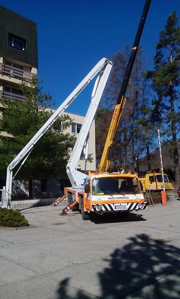 Vďaka vysokozdvižnej plošine sa dokážu hasiči dostať do výšky až 27 metrov.