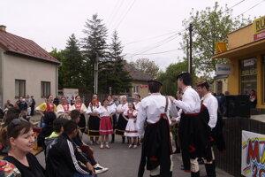 Stavanie mája a kultúrny program