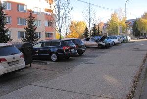 Zhorené auto parkovalo v rade vozidiel na Jesenského ulici.