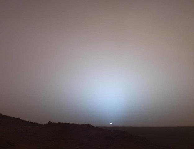 Západ Slnka na Marse z roku 2005, ktoré zachytilo vozidlo Spirit misie Mars Exploration Rover.