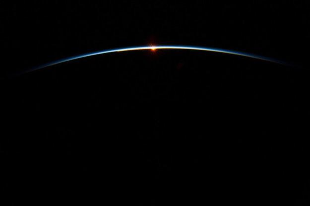 Členovia posádky na vesmírnej stanici vidia priemerne 16 západov a východov slnka počas doby obehu 24 hodín.
