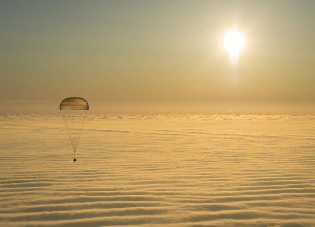 Zostup pristávacieho modulu kozmickej lode Sojuz pri východe Slnka dňa 12.4. 2015.