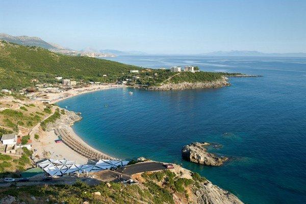 Na albánskych plážach môže byť viac Slovákov.