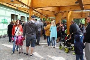 Návštevníci bojnickej zoologickej záhrady pri vstupe do zoo 1. mája.