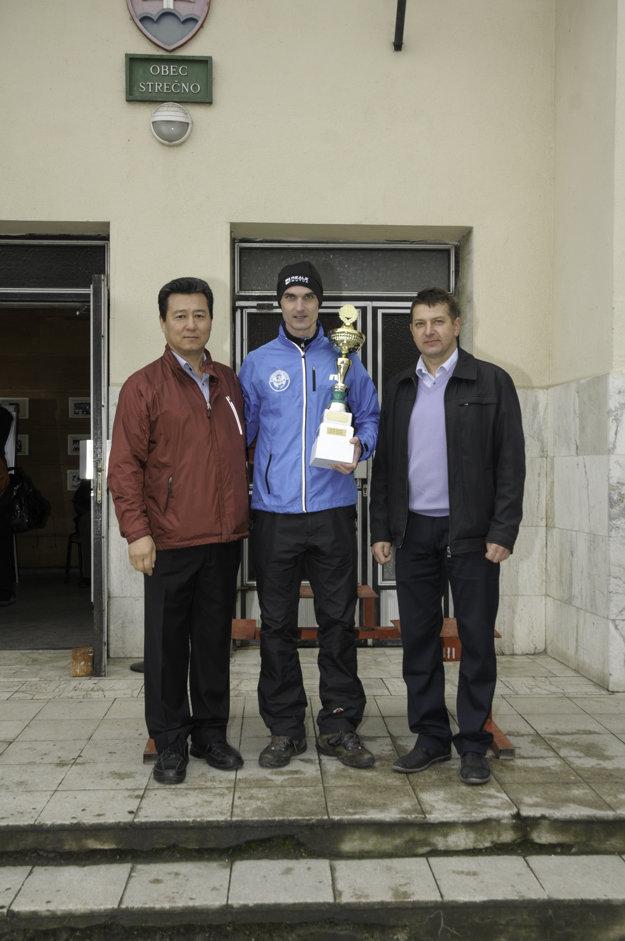 Celkový víťaz pretekov (v strede) so starostom obce (vpravo) a riaditeľom spoločnosti, ktorá bola hlavným sponzorom.