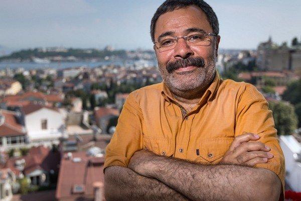 Ahmet Ümit (54) začal písať v 80. rokoch, vtedy bol aj aktívnym členom komunistickej strany a vystupoval proti vtedajšej tureckej vojenskej diktatúre. Písal poéziu, literárnu kritiku, v posledných rokoch najmä detektívky. Na jeseň mu v češtine vyjde román