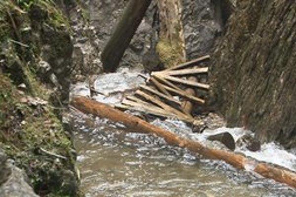 Zničené rebríky v Rothovej doline