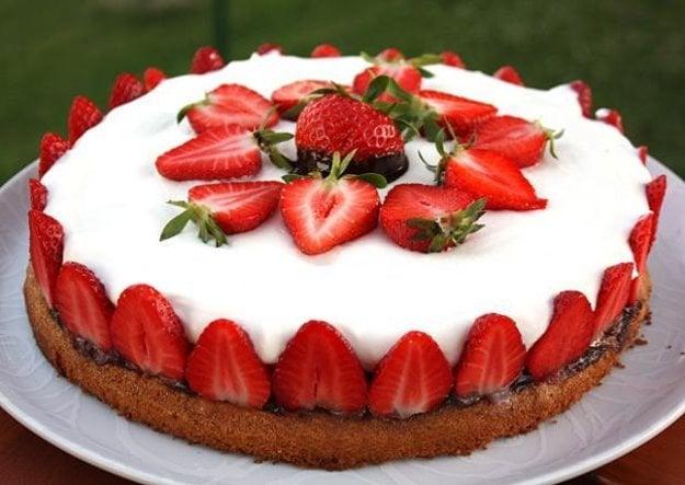 Smotanová torta s jahodami