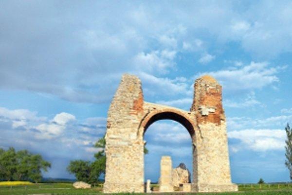Dva kilometre od Múzea pod holým nebom Petronell-Carnuntum sa nachádza Heidentor (Brána pohanov), najznámejšia stavebná pamiatka z rímskych čias v Rakúsku. Pôvodne to bola pilierová stavba so štyrmi prejazdmi vybudovaná ako víťazný oblúk pre cisára Konšta