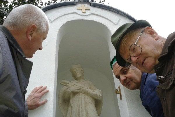 Zľava Ján Kratochvíl a Imrich Točka vlani na jeseň pri inštalovaní sochy.