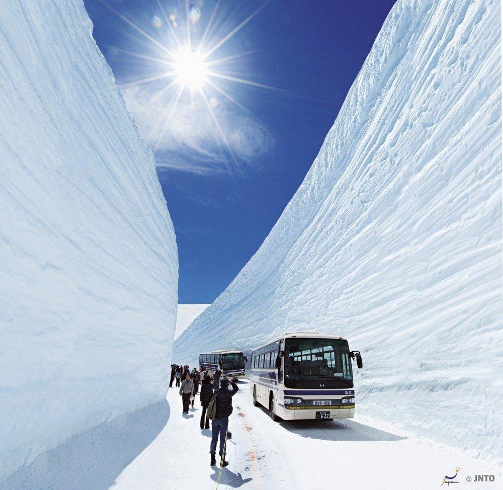 Podobné fotografie odhrnutej cesty uprostred niekoľkometrovej záľahy snehu z Japonska nie sú výnimočné.