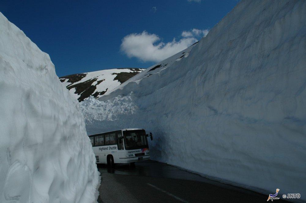 Cesty často vedú uprostred vysokých snehových bariér.