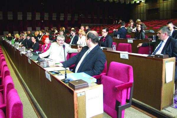 V mestskom zastupiteľstve je 31 poslancov.