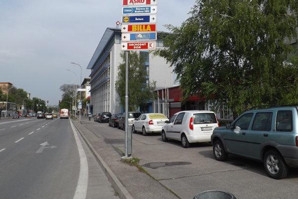 Teraz parkujú autá v strede chodníka na Štúrovej zadarmo. Po osadení značky tu zaparkujú len majitelia kariet.