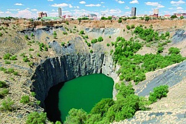 Ako obrovské nezacelené jazvy pôsobia zrušené diamantové bane v Juhoafrickej republike. Big Hole v Kimberley je najznámejšou z nich. Vykopali ju ručne v rokoch 1871 až 1914 a vyťažili z nej 2,7 tony diamantov. Jama má priemer 463 metrov a hĺbku 240 metrov