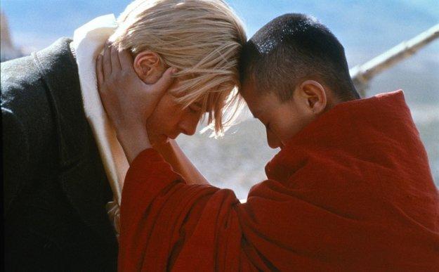 Do filmu Sedem rokov v Tibete o priateľstve nemeckého horolezca s Dalajlámom obsadil začínajúceho Brada Pitta.
