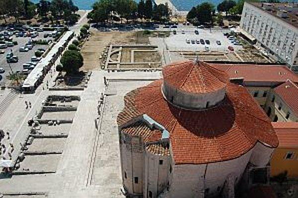 Pohľad zo zvonice na kostol sv. Donáta a časť odkrytých zvyškov rímskeho fóra.