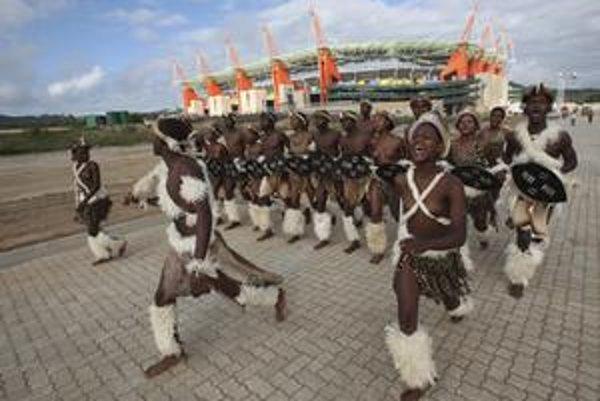 Domorodí tanečníci zabávajú návštevníkov pred futbalovým štadiónom Mbombela v meste Nelspruit. Šampionát láka aj mnohých Slovákov.