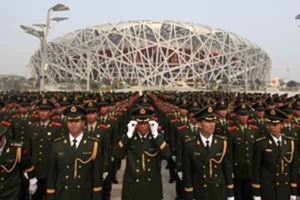 Desaťtisíce vojakov v Pekingu majú ochrániť mesto pred teroristickým útokom. Ich hlavnou úlohou je však zabrániť akýmkoľvek protivládnym protestom.