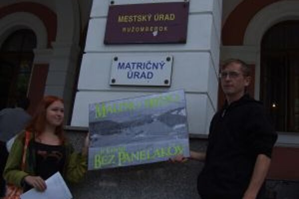 Protestujúci pred radnicou.