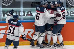 Hráči Slovenska oslavujú úvodný gól zápasu z hokejky Petra Cehlárika (druhý sprava).