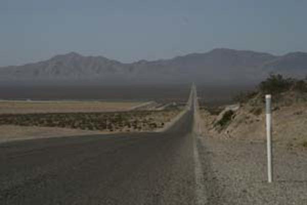 Cesta do Death Valley - široko ďaleko ste sami, okolo len púšť a trasúci sa horúci vzduch.