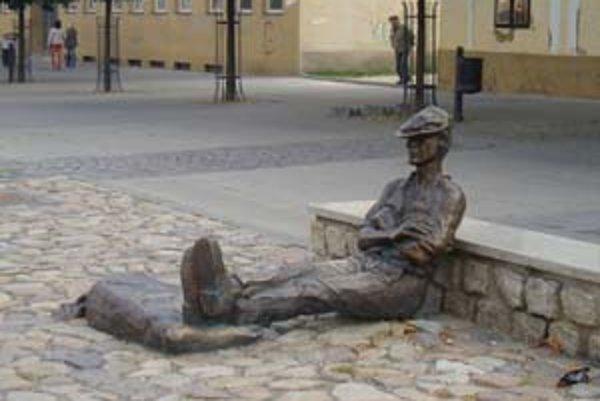 Socha Žochára na námestí v Topoľčanoch je obľúbenou turistickou atrakciou.
