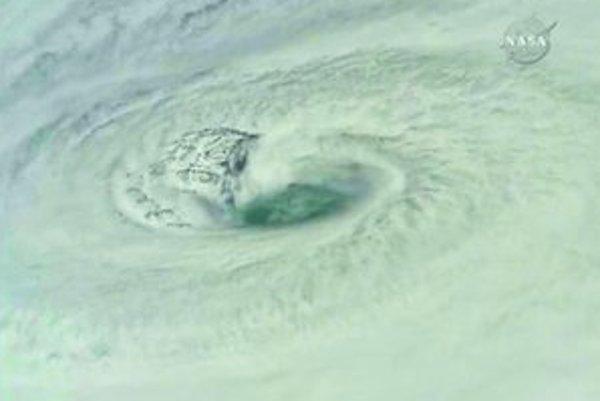 Na fotografii NASA je dobre vidieť oko hurikánu Dean. Podľa meteorológov môže narobiť viac škody ako Katrina pred dvoma rokmi (dole).