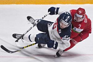 Patrik Lušňák (vľavo) padá po súboji s Kirillom Gotovecom.
