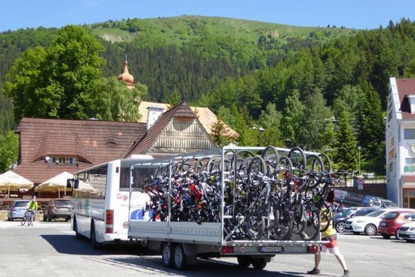 Cyklobus umožňuje cyklistom rýchlejšie sa dostať na atraktívne miesta v okolí Banskej Bystrice.