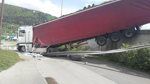 Vodič kamiónu utrpel zranenia.
