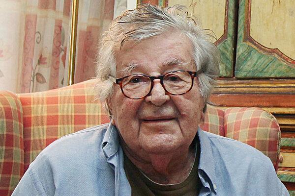 Na archívnej snímke zo 14. októbra 2014 poľsko-americký filmový producent Gene Gutowski pózuje vo svojom dome vo Varšave.