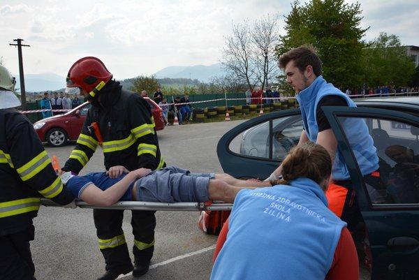 Študenti si vyskúšali aj pomoc zranenému.