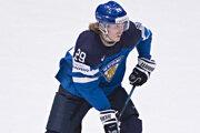 S pukom na hokejke kontroluje situáciu najproduktívnejší hráč Fínska na šampionáte Patrik Laine.