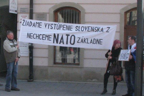 Hynek (vpravo) protestoval aj pri návšteve prezidenta.