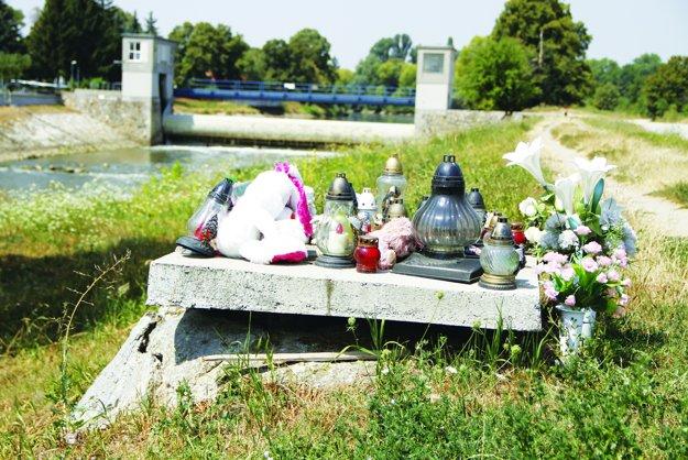 Šachtu na brehu rieky vodárne prekryli až potom, ako sa stala tragédia.